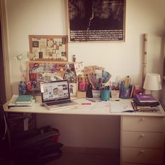 Me encanta pasar las horas aqui... #study #tableofstudy #home #hogar Corner Desk, Photo And Video, Furniture, Instagram, Home Decor, Home, Corner Table, Decoration Home, Room Decor
