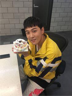 This is when ikon tv prank😂 Ikon Member, Kim Jinhwan, Ikon Debut, Ikon Wallpaper, Hip Hop, Bobby S, Dancing King, Kim Dong, Hiphop