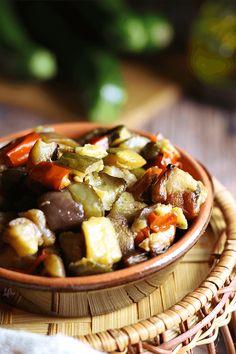 Un contorno vegano e vegetariano, perfetto da servire con un secondo proteico o dei crostini. Kung Pao Chicken, Ethnic Recipes, Contouring, Vegetarian, Oven, Vegan