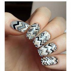 """Les """"squoval nails"""" fonctionnent bien avec des nail art géométriques"""