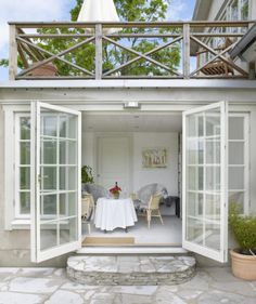 Utbyggnad med altan ovanpå och dubbeldörrar ut från gäst/aktivitetsrum/vuxensovrum