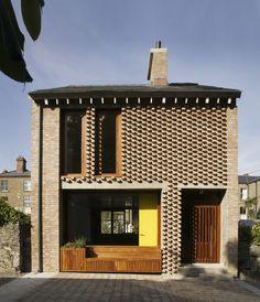 """Die verschiedenen Mauerverbände des """"Mews""""-Hauses sind das Ergebnis einer Trennung und Verschiebung der flämischen Mauerwerkstradition in zwei separate Ebenen, wobei sich die Wohnfläche inmitten dieser beiden Ebenen befindet."""
