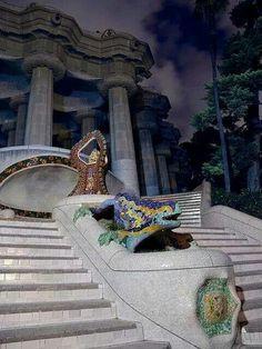 El dragón que nos da la bienvenida al #ParcGuell http://www.viajarabarcelona.org/lugares-para-visitar-en-barcelona/parc-guell/ #Barcelona #Gaudi #Modernismo