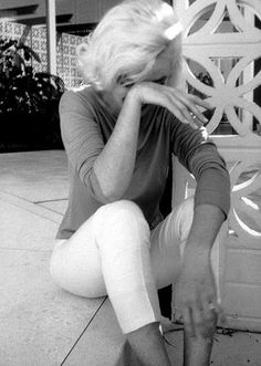 Marilyn Monroe wearing Pucci at Walter Liemerts house in North Hollywood Hills, Photo by George Barris. Marilyn Monroe 1962, Old Hollywood, Classic Hollywood, North Hollywood, Hollywood Hills, Hollywood Stars, Diana Dors, Divas, Grace Kelly