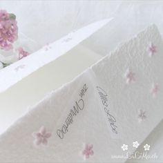 Machen Sie Ihrer Mama eine kleine Freude mit dieser besonderen, handgemachten Karte. Es sind verschiedene Farben erhältlich. Die Karte besteht aus handgeschöpftem Papier, welches ich mit viel Liebe selbst schöpfe. Sie wird mit einem Umschlag und einem Einlegeblatt aus Transparentpapier geliefert. Eine Individualisierung mit einem Wunsch-Titel kann ebenfalls gewählt weden.  #Glückwunschkarte #Muttertag #Blumen #Herz #pastell #lilimo #Muttertagskarte #bestemama #bestmom#liebe #blümchen… Beste Mama, Paper, Embellishments, Pastel, Glee, Heart, Packaging, Love