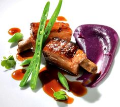 Costilla de cerdo asada con puré de patata violeta.