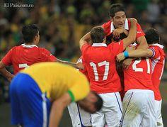 Los jugadores de Chile celebran el gol de Eduardo Vargas (no visible) ante Brasil. miércoles 24 de abril de 2013, durante un partido amistoso internacional en el estadio de Mineirao en Belo Horizonte (Brasil).