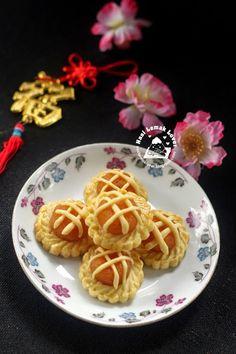 Nasi Lemak Lover: Nyonya Pineapple Tarts 娘惹黄梨挞 Chinese New Year Cookies, Chinese New Year Food, Tart Recipes, Sweet Recipes, Cookie Recipes, Nyonya Food, Pineapple Tart, Steamed Cake, Nasi Lemak