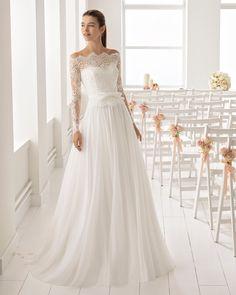 Abito da sposa stile romantico in chiffon, pizzo e strass, con maniche lunghe e scollo sotto le spalle.