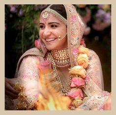 Anushka Sharma's Wedding Makeup by her makeup artist Puneet B Saini. Anushka Sharma wanted to look very elegant and beautiful for her wedding with Virat Kohli. Best Bridal Makeup, Bridal Makeup Looks, Indian Bridal Makeup, Bridal Looks, Bridal Beauty, Bridal Outfits, Bridal Dresses, Anushka Sharma And Virat, Indian Marriage