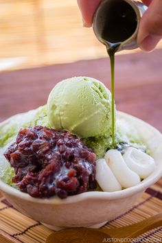 Ujikintoki - sounds so yummy (its a bowl of Kakigori, the Japanese shaved ice dessert, flavored with matcha syrup. This is topped by azuki beans, mochi balls and a ball of matcha ice) - I simply have to try it! Japanese Sweets, Japanese Food, Traditional Japanese, Japanese Matcha, Gelato, Shaved Ice Recipe, Tea Recipes, Dessert Recipes, Green Tea Ice Cream