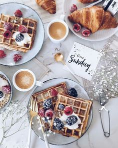 Brunch is just breakfast w/o an alarm 😉💕 Happy Sunday Queens! Rest up, eat well, & enjoy your day. Sunday Coffee, Sunday Breakfast, Breakfast On The Go, Sunday Brunch, Best Breakfast, Breakfast Recipes, Sunday Funday, Tumblr Breakfast, Coffee Girl