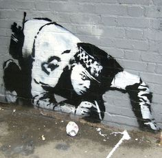 Banksy is an England-based graffiti artist. His satirical street art and subversive epigrams combine irreverent dark humor with graffiti done in a distinctive 3d Street Art, Street Art Banksy, Best Street Art, Amazing Street Art, Street Artists, Banksy Graffiti, Graffiti Artwork, Art Mural, Bansky