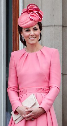 The duchess turned to go-to brand Alexander McQueen for Trooping the Colour on the June. She accessorised the look with a Jane Taylor hat and clutch by Etui. Green Dress, Pink Dress, Trooping The Colour, Estilo Kate Middleton, Pippa Middleton, Kate Middleton Pictures, Princesa Kate, Alexander Mcqueen Dresses, Engagement Dresses