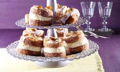 Leckeres Kleingebäck mit Mousse au Citron und Mandeln für die Kaffeetafel