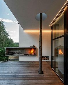 Expressive modern style house is designed in a lot surrounded by nature. Large windows connect the interior and exterior spaces. Open Fireplace, Fireplace Design, Fireplace Garden, Amazing Architecture, Interior Architecture, Contemporary Architecture, Contemporary Design, Modern Design, Interior Design