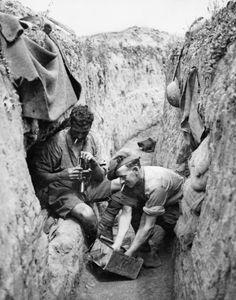 Deux hommes du 42e bataillon d'infanterie canadienne (Royal Highlanders of Canada) nettoyer une mitrailleuse Lewis dans une tranchée de réserve au cours de la troisième bataille d'Ypres (Passchendaele), Novembre 1917.