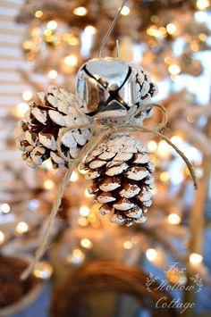 Legare le pigne tra loro con un campanellino per creare una decorazione per l'albero