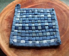 The Best Upcycled Denim Crafts & DIY Why not recycle your old jeans into something fabulous. Denim is a fantastic fabric to upcycle with, here are some of the best denim crafts and DIY's to inspire you. Fabric Crafts, Sewing Crafts, Sewing Projects, Jean Crafts, Denim Ideas, Creation Couture, Old Jeans, Sew Ins, Pot Holders