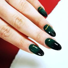 Click the link in the bio to visit @id_magazine and read our guide to super simple chic Christmas nails.