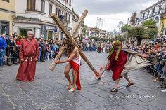 """Lauro (AV), 2015,  Le processioni dei """"biancovestiti"""" del Vallo di Lauro in visita agli altari della reposizione a Lauro."""