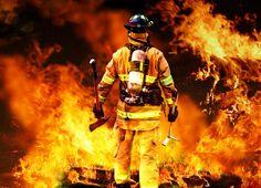Pompier faisant face à grand feu
