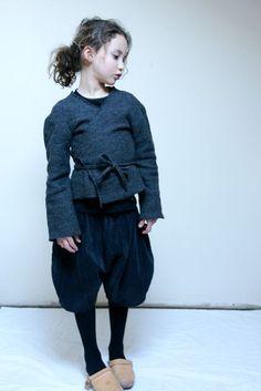 pour la silhouette: pantalon sarouel bouffant et haut cache coeur: pas mal!