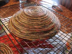 Tutorial: Coiled Magazine Paper Bowls using the folded paper slat method Recycled Magazines, Recycled Crafts, Diy Projects To Try, Craft Projects, Magazine Bowl, Magazine Art, Creative Crafts, Diy Crafts, Bead Crafts