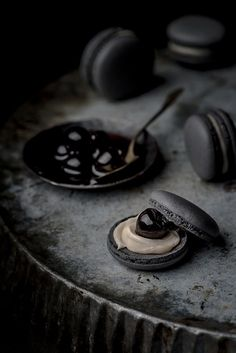 With this black macaron recipe you can't go wrong. Learn step by step how to make the perfect macaron, crunchy outside and chewy inside. Macarons, Dark Food Photography, White Chocolate Ganache, Black Food, Macaron Recipe, Food Design, Food Styling, Food Art, Sweet Recipes