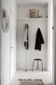 Style and Create — Pale colour shades, natural materials and a great mix of decor & details catch my eyes in this Gothenburg apartment via real estate agent Bjurfors Styling by Emma Fischer Photo by Alen Cordic, Minimalist Interior, Minimalist Home, Modern Interior, Decoration Hall, Entry Stairs, Hallway Inspiration, Nordic Home, Hearth And Home, Scandinavian Living