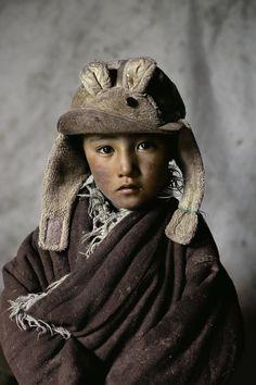 Ce nomade garçon a été photographié dans l'Amdo, au Tibet.  Exposition à la Kunsthalle Erfurt, Germany Opens Février 21,2014