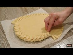 Discover recipes, home ideas, style inspiration and other ideas to try. Tart Crust Recipe, Dough Recipe, Pie Crust Designs, Cake Recipes, Dessert Recipes, Pastry Design, Bread Art, Bread Shaping, Homemade Pastries