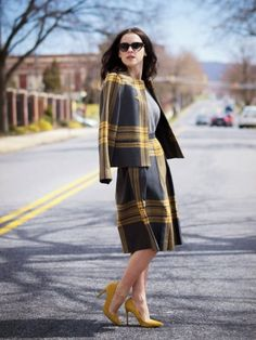 グレーとイエローの大きなチェック柄で思いっきり可愛く♡ おすすめのスーツスカートコーデ。人気のトレンドファッションの参考一覧。