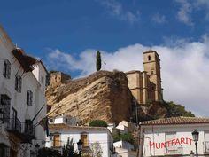 Majestuosa la iglesia de la Villa y a su izqueirda restos de una torre de la alcazaba nazarí