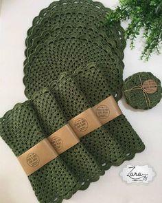 El juego Sousplat Cup Holder se va a casa hoy🚀🏠 Elija un hermoso . - Sousplat do Zara Ateliê - Jogo de Cozinha de Crochê Crochet Kitchen, Crochet Home, Free Crochet, Knit Crochet, Crochet Motifs, Crochet Doilies, Crochet Flowers, Crochet Patterns, Crochet Placemats