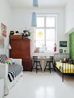 Lastenhuoneen sänky, valaisimet ja vuodesohva ovat Ikeasta. Artekin pöydän äärellä on kaksi Ikean Agam-tuolia. Vihreä tapetti on Cole & Sonin. | KUTKUTTAVA JOULUN ODOTUS | Koti ja keittiö
