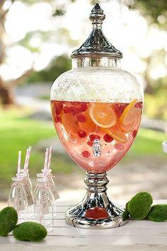 おもてなしやパーティの時は、蛇口のついたガラス容器・アイスティー・ディスペンサーで出してもいいですね。たっぷりのフルーツが、パーティを明るく華やいだ雰囲気にしてくれます。アイスティー・ディスペンサーにはいろいろなデザインのものがあります。ホームパーティが好きな方はひとつ持っておくと重宝しますよ。