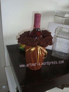 ArtMaria.....Pano-de-centro-croche-marrom-com-garrafa-de-vinho-(1)