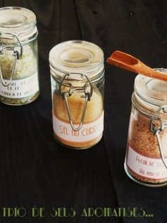 Je poursuis mes cadeaux gourmands, avec des sels parfumés très pratiques pour accompagner des poissons, des grillades ou tout simplement des pommes de terre sautées!!!je vous propose trois parfums: fleur de sel au piment d'espelette sel au curry sel...
