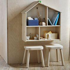 Tabouret et maison de poupée en bois Ikea pour une chambre d'enfant