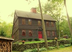 primitive homes decor Primitive Homes, Primitive Country, Primitive Bedroom, Primitive Antiques, Saltbox Houses, Old Houses, Early American Homes, Period Living, New England Homes