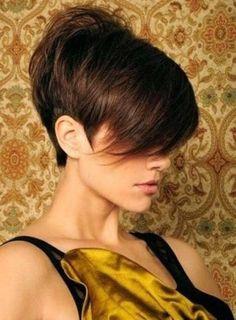 Lagerte Pixie Haarschnitt für brünette Haar