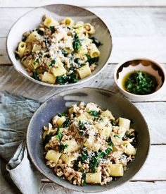 Rigatoni with chicken ragù and green sauce recipe - Heat oil in a large saucepan over medium heat, add onion, fennel and garlic and sauté until starting to soften (2-3 minutes).