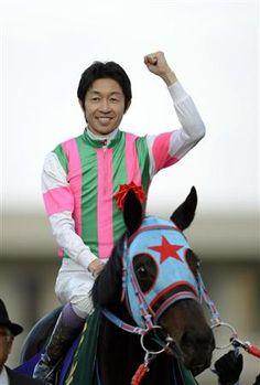 およそ2年ぶりのGI制覇を果たした武豊騎手。勝利ジョッキーインタビューでは「お久しぶりです」(写真:サンケイスポーツ)