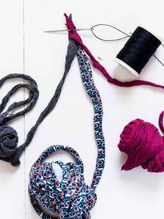 Palmikoitu kierrätysmatto | Meillä kotona Birthday Presents For Mom, Hats For Men, Needlework, Crochet Necklace, Weaving, Knitting, Korit, Rug, Decoration