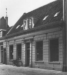 Langendijk 54, Vianen. Een dwars huis van een bouwlaag uit de 17de eeuw met een in de 19de eeuw gewijzigde voorgevel, opname 1981 - Catharina van Groningen via DBNL