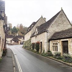 A gloomy Castle Coombe village captured by @monalogue