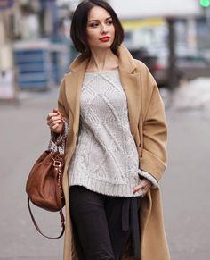 пальто песочного цвета, свитер и свободные брюки в луке итальянского стиля