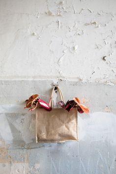 Een tas als plantenhanger? Waarom niet! Lees dit blog voor meer plantenhanger-inspiratie.   plantenhanger woonkamer - Macrame plantenhanger woonkamer - plantenhanger interieur - anthurium Dutch, Blog, Lifestyle, Instagram, Dutch Language, Blogging