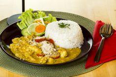 Szezámmagos csirke curryvel ételünket szójaszósszal, szezámolajjal ízesítjük, majd rizzsel tálaljuk.